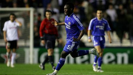Mantan pemain Persib Bandung, Michael Essien menjadi salah satu nominasi pemain sepak bola terbaik asal Ghana selama bermain di Liga Inggris. - INDOSPORT
