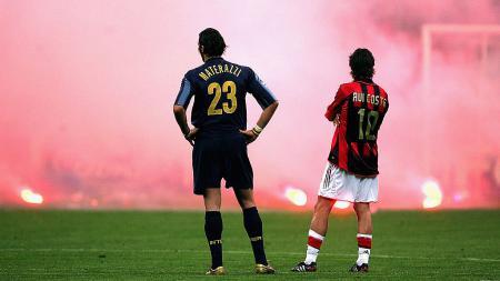 On this day atau tepat hari ini di mana terjadi asap yang membumbung tinggi ke udara dalam derby Milan dan sukses menciptakan karya nan melegenda di ranah sepak bola. - INDOSPORT