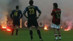 Indosport - Hujan Flare dan Hal Nyeleneh Sepanjang Sejarah Derby della Madonnina