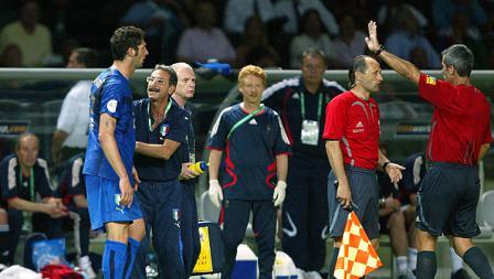 ituasi di pinggir lapangan setelah insiden antara Marco Materazzi dan Zinedine Zidane pada final Piala Dunia 2006.