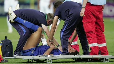 Bek Italia, Marco Materazi, mendapatkan perawatan dari tim medis setelah dadanya ditanduk oleh Zinedine Zidane pada final Pilala Dunia 2006.