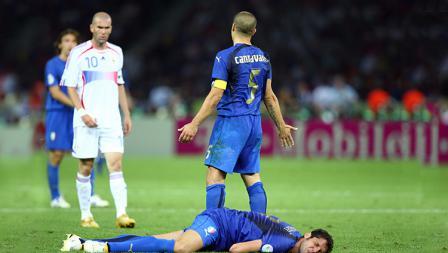 Bek Italia, Marco Materazzi, tersungkur setelah dadanya ditanduk oleh Zinedine Zidane, pada final Piala Dunia 2006.