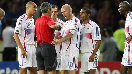 Zinedine Zidane bersitegang dengan wasit usai terlibat insiden dengan bek Italia, Marco Materazzi pada final Piala Dunia 2006.