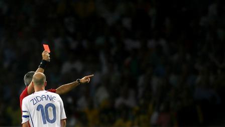 Zinedine Zidane mendapatkan kartu merah pada final Piala Dunia 2006 usai menanduk dada bek Italia, Marco Materazzi.