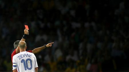 Zinedine Zidane mendapatkan kartu merah pada final Piala Dunia 2006 usai menanduk dada bek Italia, Marco Materazzi. - INDOSPORT