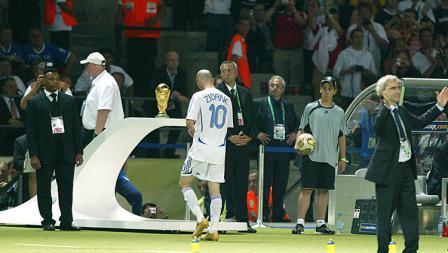 Zinedine Zidane keluar lapangan usai dikartu merah dan berhadapan dengan trofi Piala Dunia yang gagal diraihnya pada tahun 2006.