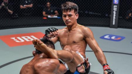 Petarung Mixed Martial Arts (MMA) asal Thailand, Shannon Wiratchai berhasil membuat KO (Knock Out) lawannya hanya dalam waktu 21 detik. - INDOSPORT