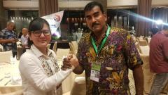 Indosport - Sekretaris klub PSMS Medan, Julius Raja (kanan), bersalaman dengan Mantan Sekjen PSSI, Ratu Tisha.