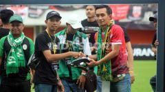 Indosport - Presiden Pasoepati, Aulia Haryo Suryo (kanan) menerima cendera-mata dari perwakilan Slemania.