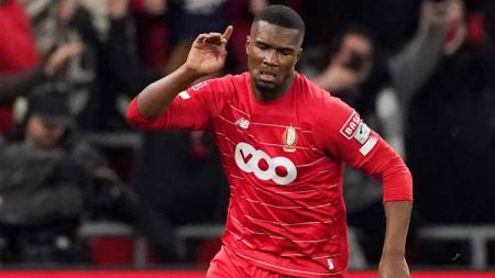 Gelar barbeku, pemain Standard Liege, Obbi Oulare, didatangi polisi karena diduga mengumpulkan kerumunan. - INDOSPORT
