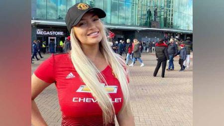 Fans seksi Manchester United, Luce Nicholson, sempat buka handuk hingga buat Jose Mourinho terpana. - INDOSPORT