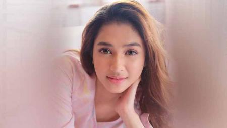 Aktris cantik, Mikha Tambayong, tampak bersemangat saat menjalani olahraga rutin dengan ditemani sahabatnya. - INDOSPORT