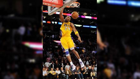 Bersama LA Lakers, Kobe Bryant pernah meraih tiga kali gelar juara NBA berturut-turut.