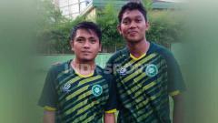 Indosport - Dua pemain sepak bola asal Sumatera Utara (Sumut), Natanael Siringoringo dan M. Dwi Raffi Angga, memilih untuk latihan bersama di jeda kompetisi Liga 2.