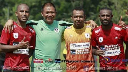 Jendri Pitoy (kedua dari kiri) bersama angkatannya yang membawa Persipura juara Liga Indonesia untuk pertama kali - INDOSPORT