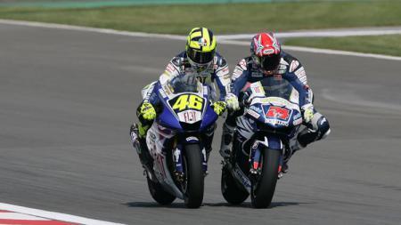 Valentino Rossi akhirnya buka suara terkait perseteruannya dengan Toni Elias di MotoGP Portugal 2006 silam. - INDOSPORT