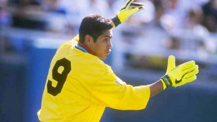 Kiper legendaris asal Meksiko, Jorge Campos, dikenal tak hanya karena pilihan nyentik desain dan warna jersey nya, tapi juga keputusa memakai nomor punggung 9 yang sejatinya untuk penyerang. Campos beralasan karena pada awal kariernya, ia seorang penyerang.