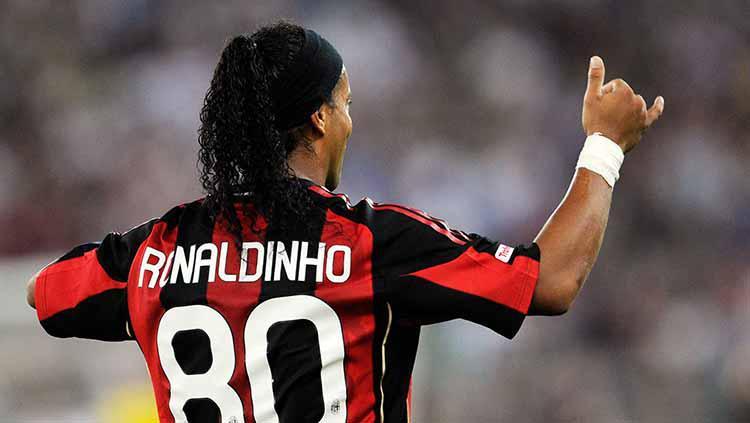 Nomor punggung dengan angka besar sempat dikenakan Ronaldinho saat di AC Milan, yakni 80. Copyright: Giuseppe Bellini/Getty Images