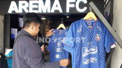 Indosport - Suasana di Arema FC Store.