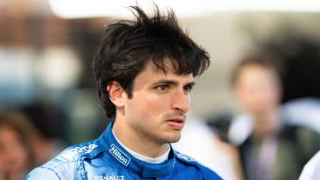 Pembalap McLaren, Carlos Sainz Jr. dikabarkan menjadi kandidat terkuat untuk menggantikan Sebastian Vettel yang memutuskan hengkang dari tim Ferrari. - INDOSPORT