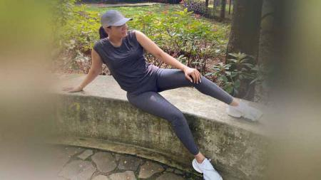 Pebisnis sekaligus sehabat Nikita Mirzani, Fitri Salhuteru jajal gerakan kuras keringat dengan melakukan tabata workout. - INDOSPORT