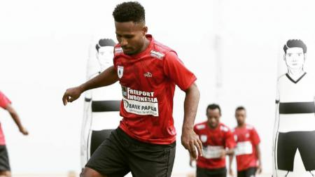 Gelandang klub Liga 1 Persipura Jayapura, Fridolin Yoku. - INDOSPORT
