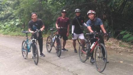 Rendi Irwan bersepeda dengan teman-teman. - INDOSPORT