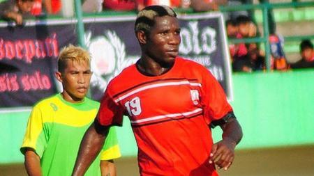 Berikut ini bentuk peran eks Persikad (2000-an) Nnana Onana untuk kiper utama Ajax Amsterdam Andre Onana, termasuk juga beli sepatu di Depok, Jawa Barat. - INDOSPORT