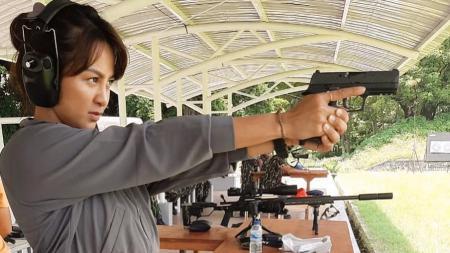 Atlet panahan andalan Indonesia, Dellie Threesyadinda, meninggalkan senjata andalannya yakni busur dan panah lalu beralih menggunakan pistol. - INDOSPORT