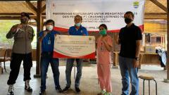 Indosport - Manajemen Persib bersama PT Cikarang Listrindo menyerahkan bantuan APD ke tenaga medis.