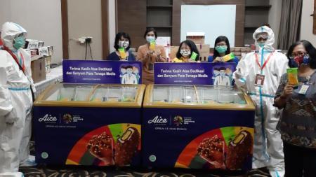 Aice membagikan es krim dan APD untuk para tenaga medis. - INDOSPORT