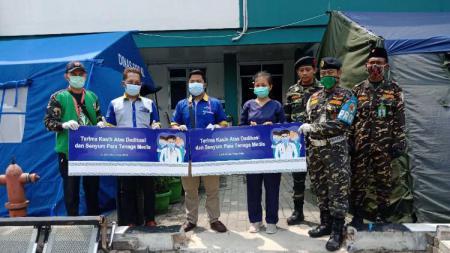 Aice Group bersama dengan GP Ansor memberikan sumbangan Alat Perlindungan Diri (APD) dan Es Krim dalam sepasang lemari pendingan di masing-masing rumah sakit. - INDOSPORT