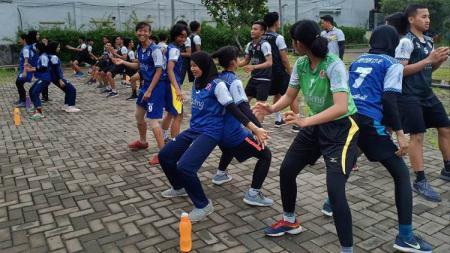 Atlet cabor bola tangan Jateng untuk PON 2020 melakukan latihan fisik. - INDOSPORT