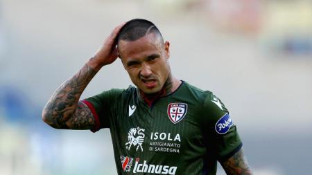 Gelandang berdarah Indonesia, Radja Nainggolan, didesak oleh Juan Jesus supaya mau kembali ke klub Serie A Liga Italia, AS Roma. - INDOSPORT