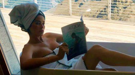 Aida Yespica, mantan kekasih Mesut Ozil yang masih menawan meski hampir berusia 40 tahun. - INDOSPORT
