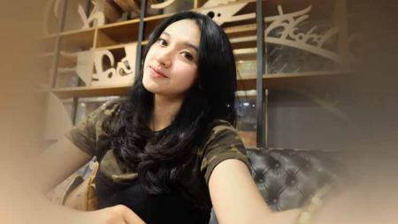 Lama tak terdengar, begini penampilan pevoli cantik Pungky Afriecia yang merupakan istri eks pemain Persib Bandung yakni Yandi Sofyan. - INDOSPORT