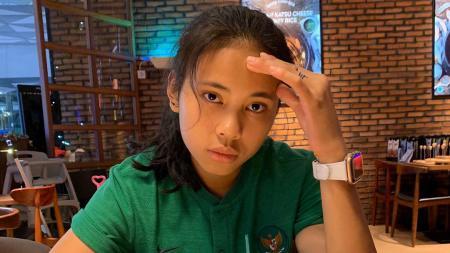Bek berparas cantik jebolan timnas Indonesia putri, Shalika Aurelia Viandrisa, mengisi kekosongan waktu dengan berlari maraton. - INDOSPORT