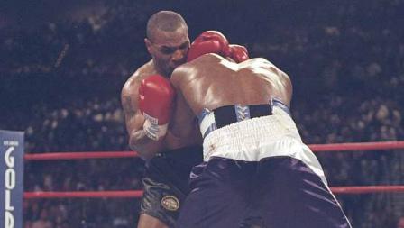 Pertandingan antara Mike Tyson vs Evander Holyfield yang diadakan di ring tinju MGM Grand Arena, Caesar Oalace, Las Vegas, itu berakhir dengan kericuhan.