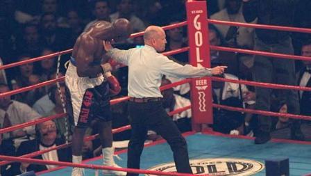 Momen saat Mike Tyson setelah menggigit telinga Evander Holyfield pada ronde ketiga, dalam pertarungan tinju kelas berat, (28/06/1997).