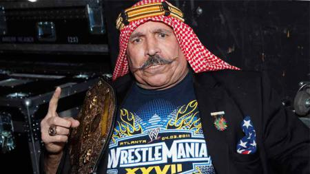 Dunia gulat WWE pernah diwarnai kehadiran petarung muslim bernama The Iron Sheik yang menjadi musuh besar Hulk Hogan. - INDOSPORT