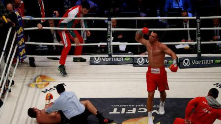 Mantan petinju kelas dunia, Vitali Klitschko mampu menumbangkan petarung Mixed Martial Arts (MMA), Ryushi Yanagisawa - INDOSPORT