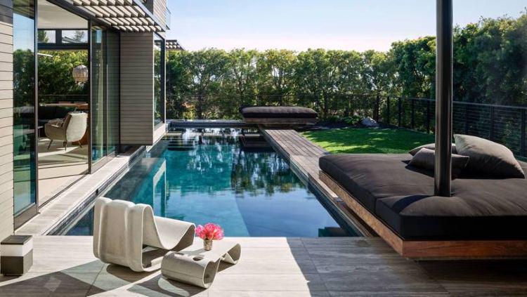 Kolam renang kecil di samping rumah Maria Sharapova. Copyright: Douglas Friedman/Architectural Digest
