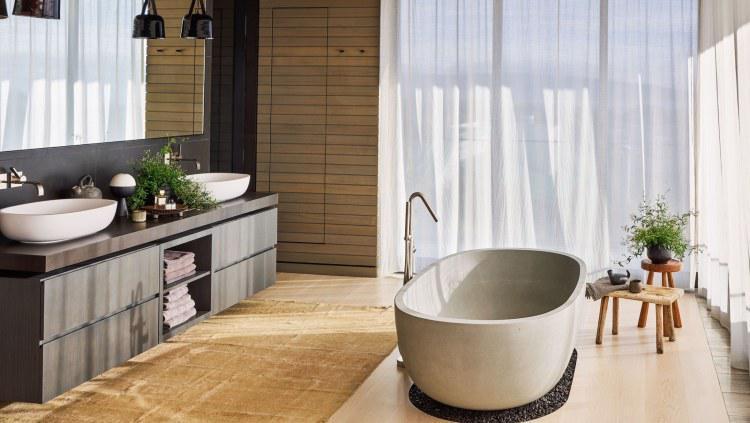 Area bathtub yang cantik dan didominasi kayu. Copyright: Douglas Friedman/Architectural Digest
