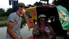 Indosport - Pemain Persebaya, Koko Ari Araya saat menjajaki bisnis berjualan salad buah.