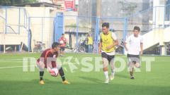 Indosport - M. Fadli (kiri) saat melakukan latihan bersama rekan-rekannya di PSIS.