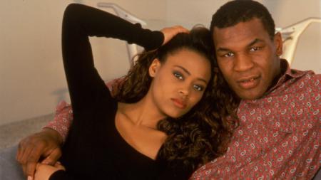 Mike Tyson bersama mantan istrinya, Robin Givens. - INDOSPORT
