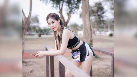 Model seksi asal Thailand, Maple Phornnipha tengah asik menggunakan pakaian serba mini sambil melakukan kegiatan olahraga di pinggir jalan. - INDOSPORT
