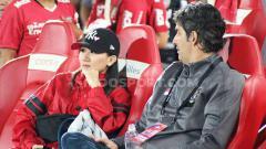 Indosport - Pelatih Bali United, Stefano Cugurra Teco saat ditemani sang istri, Miranda Erlinda.