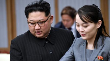 Kim Jong-un dan sang adik Kim Yo-jong. - INDOSPORT