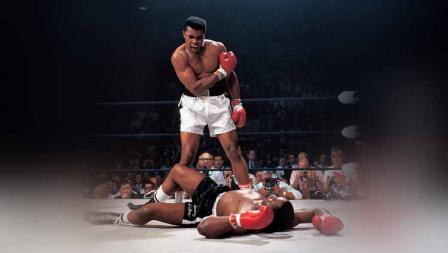 Petinju kelas berat Muhammad Ali usai meng-KO pada ronde pertama Sonny Liston di Arena St. Dominic (25/05/1995).